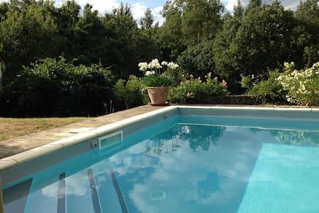 Gîte avec piscine chauffée + jardin - Denée - 一軒家
