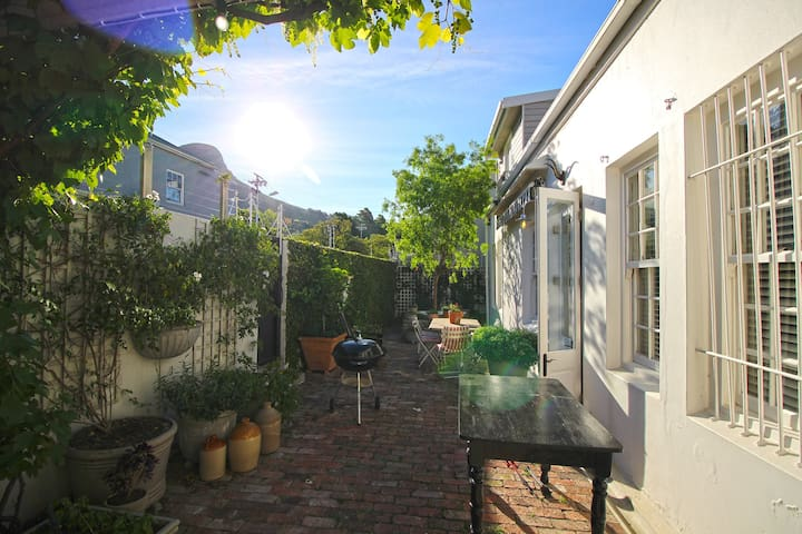 Gorgeous City Bowl Cottage with Leafy Courtyard - Cape Town - House