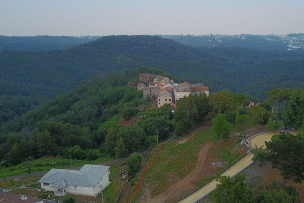 Le village de Poggio Mezzana avec notre maison en avant plan