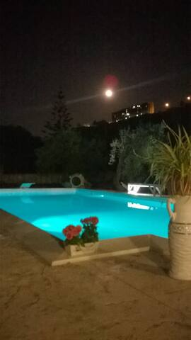 altra vista notturna della piscina