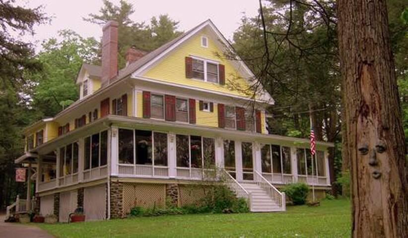 Brookview Manor Inn Jacuzzi Suite