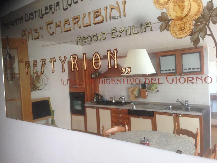 Cucina Berloni riflessa dallo specchio a parete