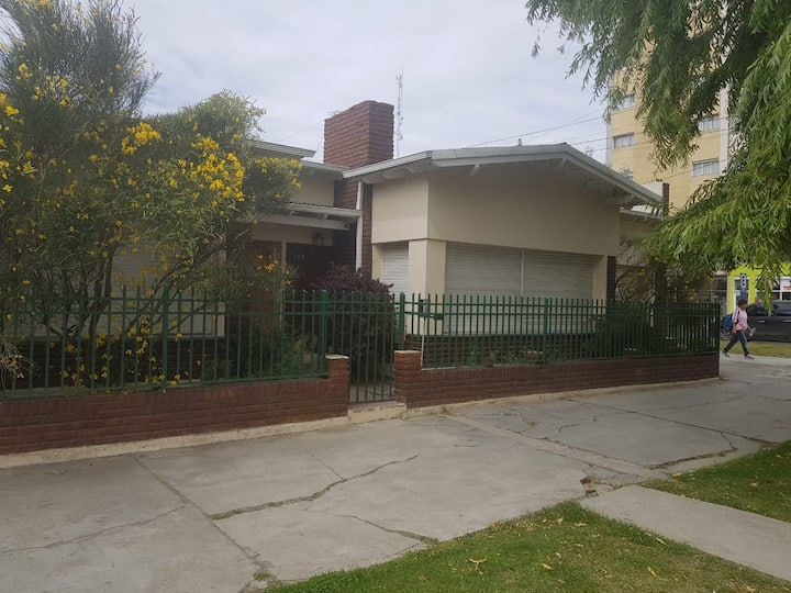 Casa muy amplia, excelente ubicación