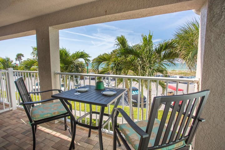 Spectacular Location on Pass-A-Grille!  Near Restaurants. Pool. Beach views. Free City Parking Pass.