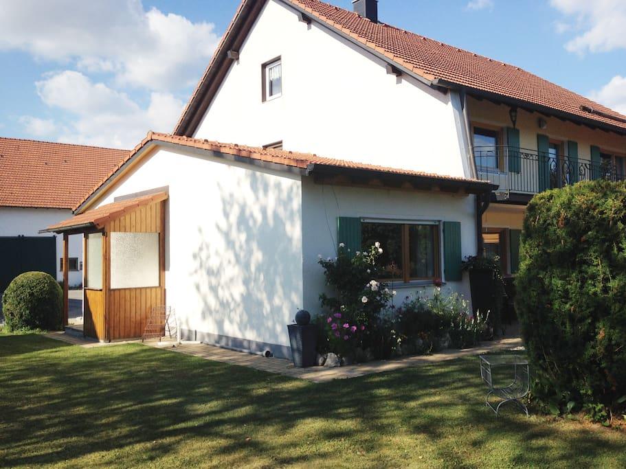Die Ferienwohnung ist als Anbau an das Wohnhaus schön im ehemaligen Bauernhof integriert.