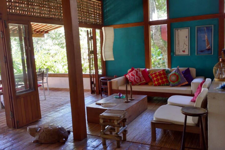 Sala de estar  aberta para o terraço