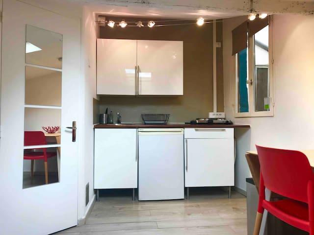 Le coin cuisine dispose d'un grand plan de travail et de plaques électriques amovibles pour libérer de l'espace. Il y a aussi un micro-ondes, un four et toute la vaisselle nécessaire.