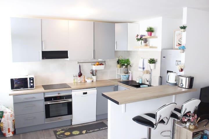 74m2 apartment, 3 stops from Paris Arc de Triomphe