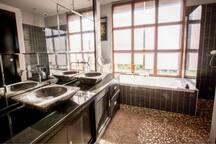 Salle de bain de la suite accès direct piscine