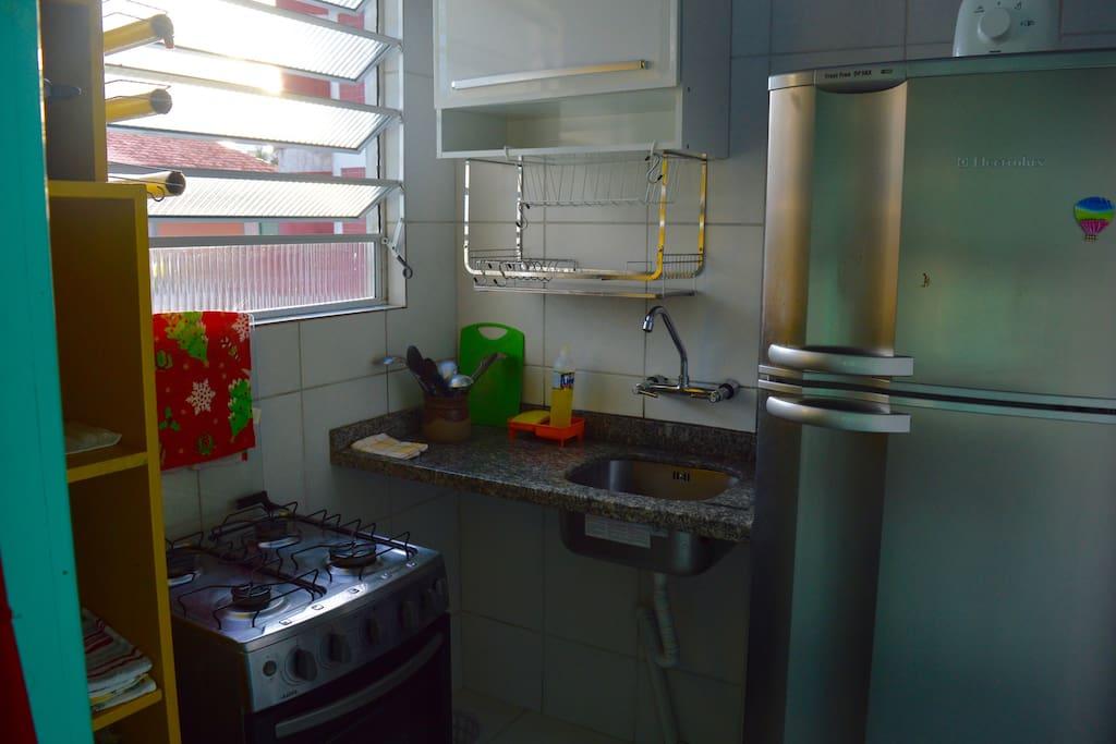 Cozinha. Geladeira com freezer.