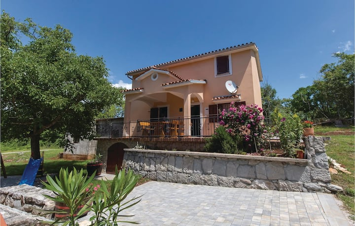Beautiful home in Jurazini with Jacuzzi, 3 Bedrooms and WiFi