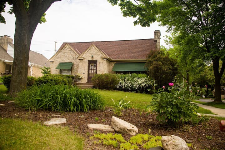 Serene Cottage in  Center of Milw/Tosa (for women)