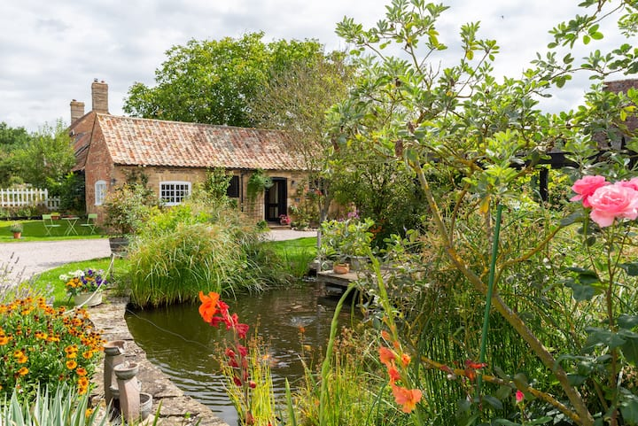 Cosy Pear Tree Cottage in quaint  historic village