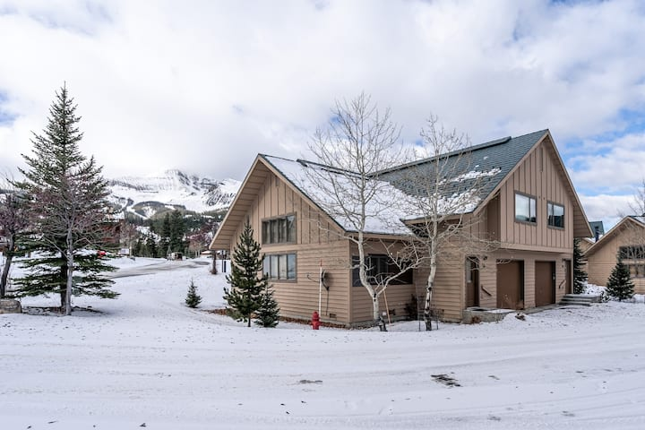 Ski-in/out condo w/ wood-burning fireplace, mtn views, & close to other sites!