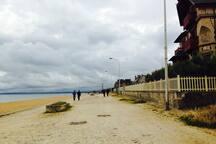 La plage de Lion-Hermanville, où vous pourrez admirer les Villas de l'époque des bains de mer 1880.