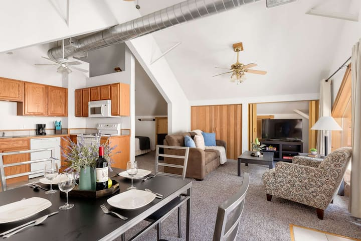 """NEW! Mountaintop Condo 