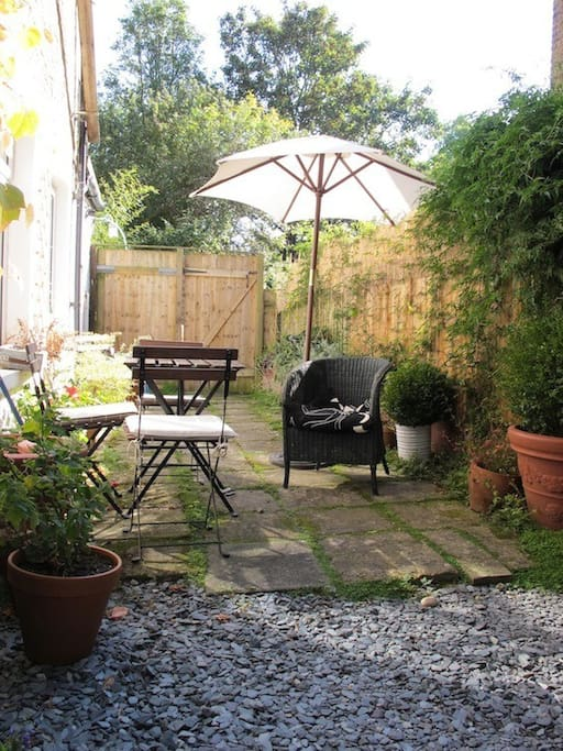 Ah, the lovely garden.. this is a very quiet part of London.. you mistake yourself to be in the countryside sometimes.