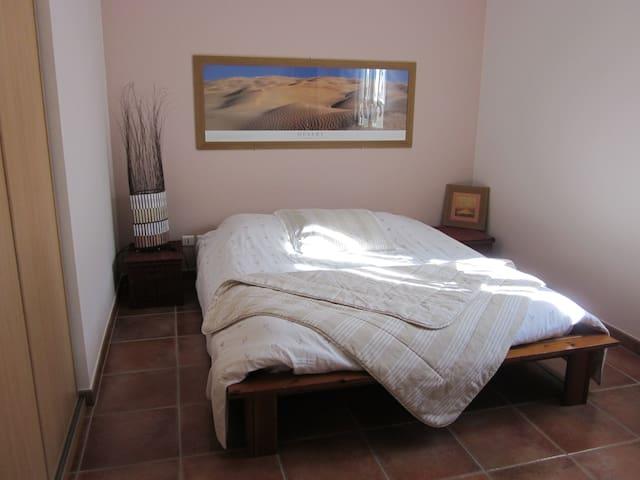 Une chambre calme et confortable. - Bédarrides - Casa
