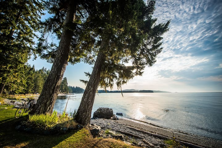 Delightful Oceanfront Cottage - Sooke