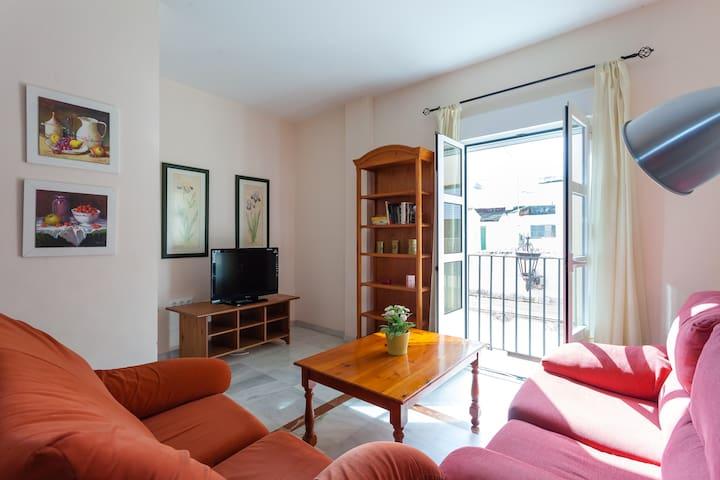 Amplia panorámica del Salón con una moderna TV plana.
