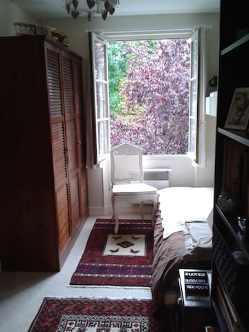 5 mins walk from INSEAD & Mines, 2 private rooms