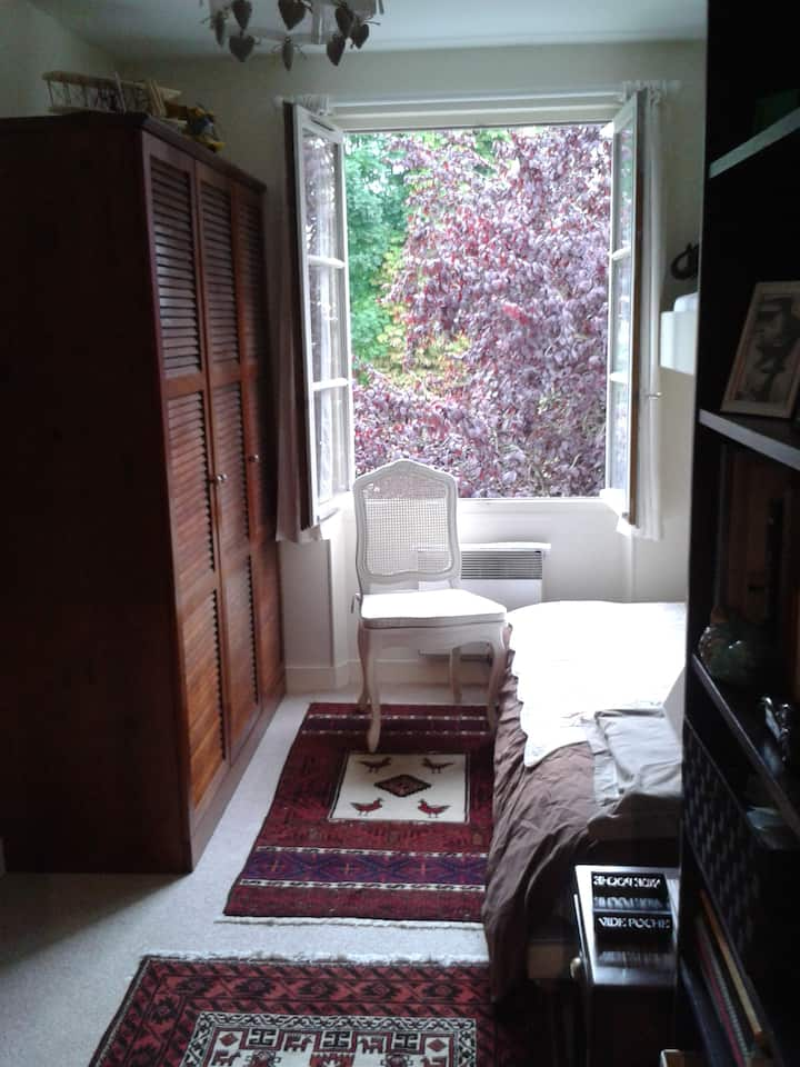 Garden house, 5 mins walk INSEAD,2 private rooms