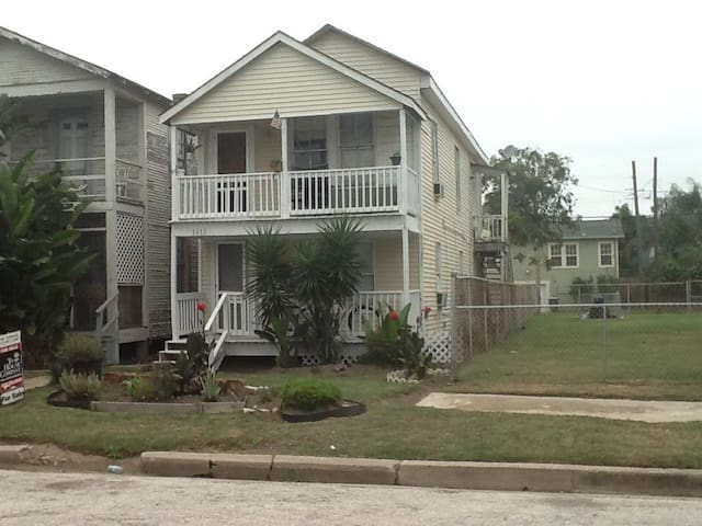 Small Cottage Close to Beach - Galveston - Bed & Breakfast