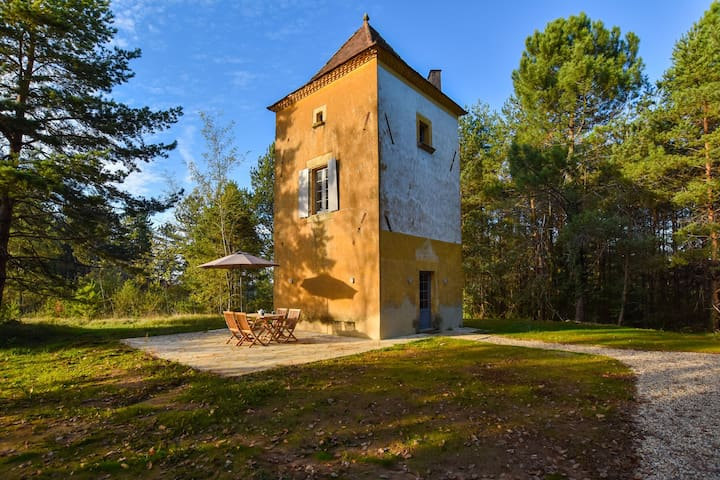 Former renovated pigeon loft, for a romantic holiday near tourist sites.