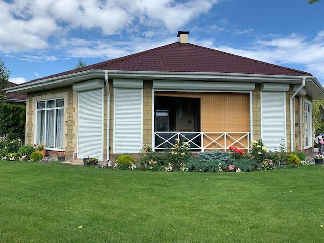 Уютный коттедж в Карвен 4 сезона. Cozy cottage.