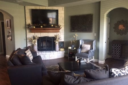 The perfect weekend Rental for AGGIE home games!! - College Station - House