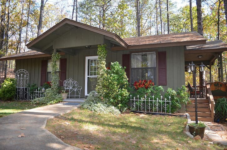 Miss Martha's Pine tree Cottage - Cabot - Bed & Breakfast