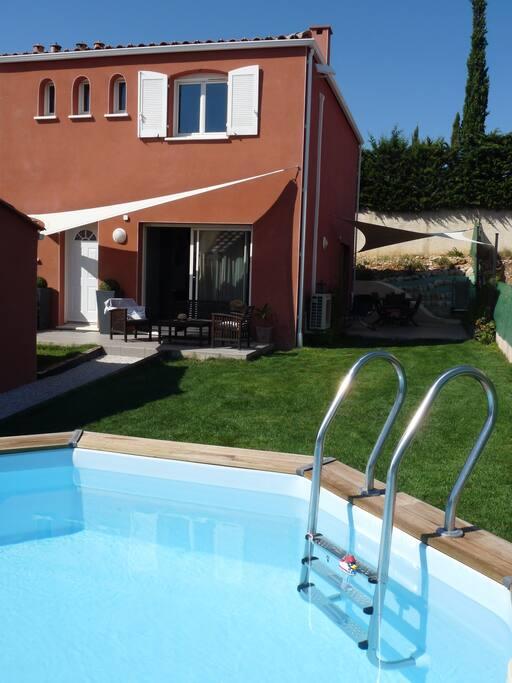 jardin aménagé avec piscine semi enterrée et chauffée
