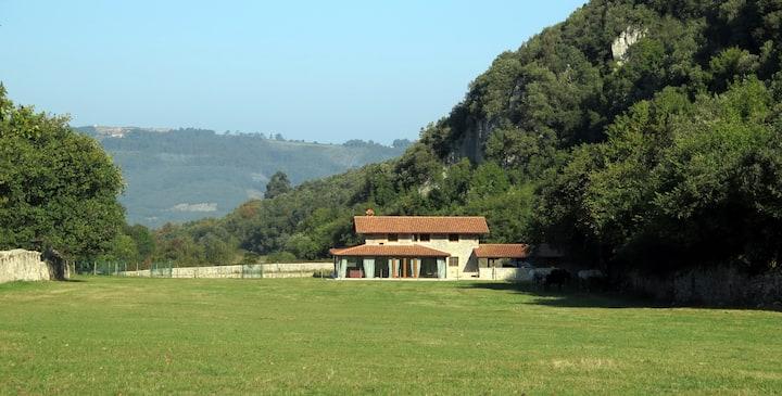 Casa de montaña en un valle mágico