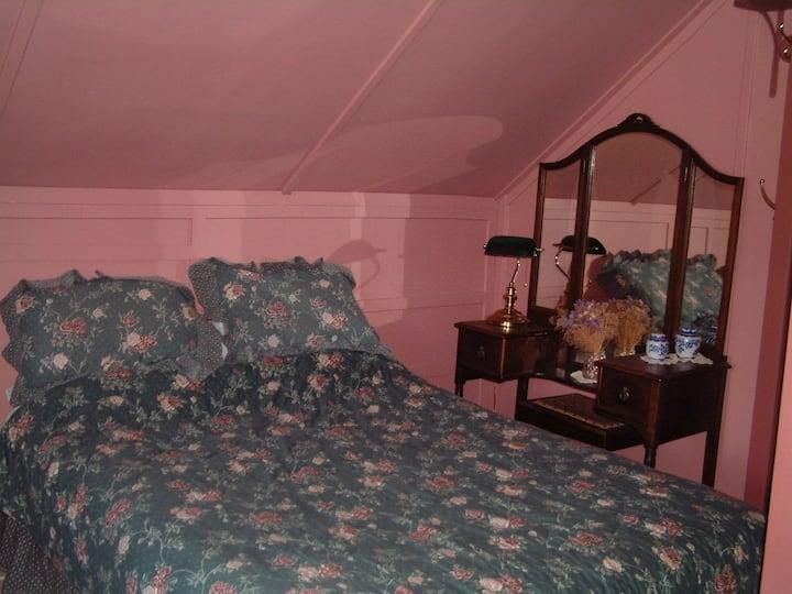 Sam McGee's Log House - Rose Room