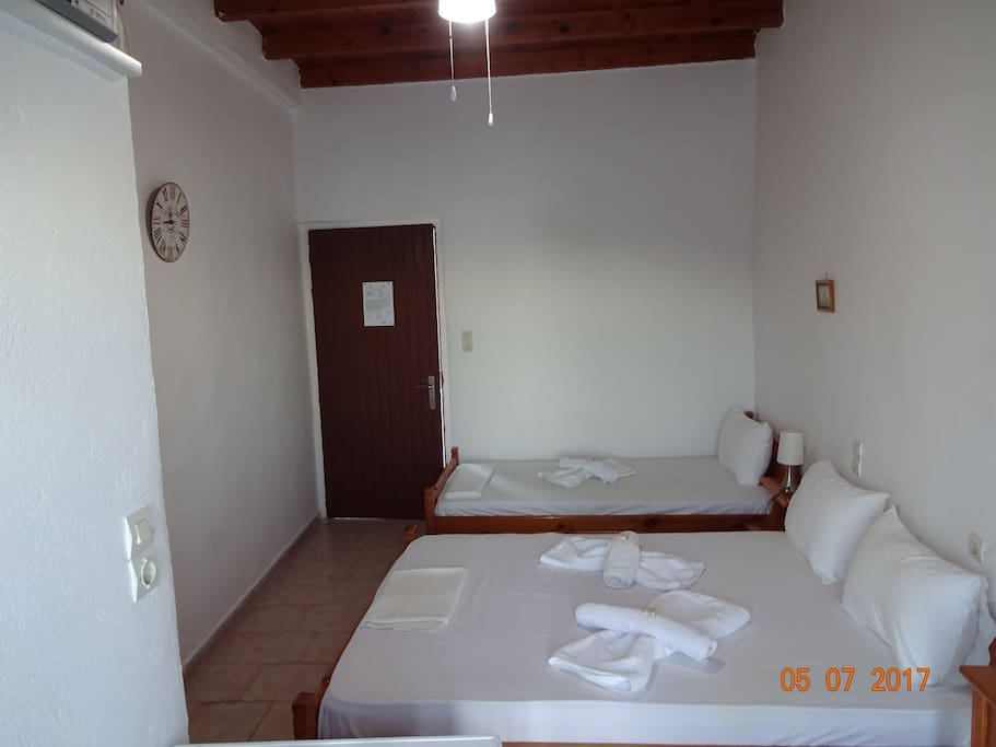 Triple Room (3 pax) with private bath, balcony sea view, a/c, and TV Δωμάτιο με ένα διπλό κρεββάτι και ένα μονό, μπάνιο , μπαλκόνι θέα θάλασσα, a/c και TV
