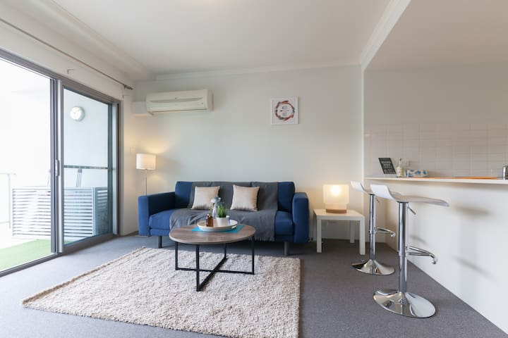 Perth Apartment surrounded by Amazing Restaurants!