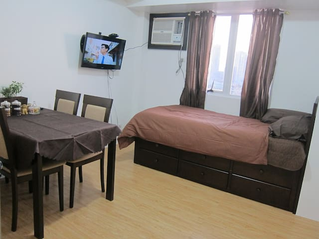 Cozy Affordable Condo in Shopping Center Manila