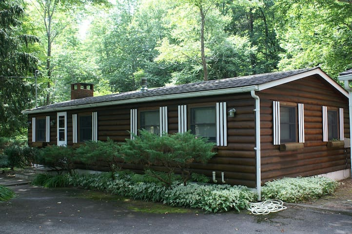 Gorgeous Creekside View! Log Cottage with Sunroom! - Big Indian - Hus