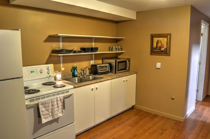 BEAUTIFUL, UPDATED, COMFORTABLE basement suite! - Dieppe - Hus