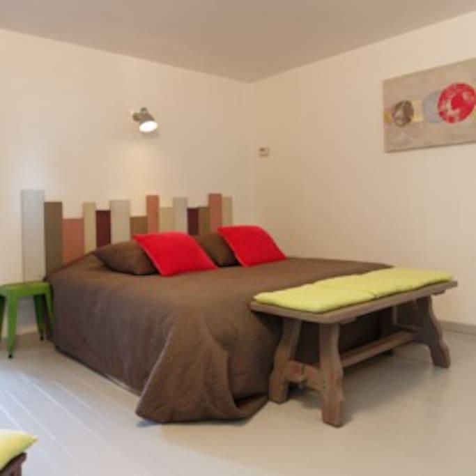 Chambre spacieuse avec lit 180*200cm, lit fait à l'arrivée