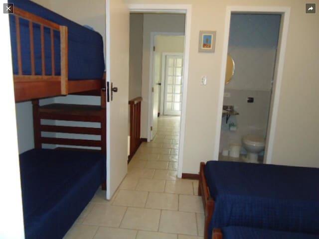 Suite numero 2;2 camas de solteiro e um beliche com colchões novos