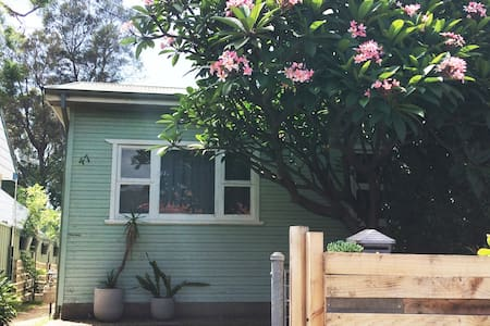 Dusty Miller: beach cottage with rambling garden - Fairy Meadow - Haus
