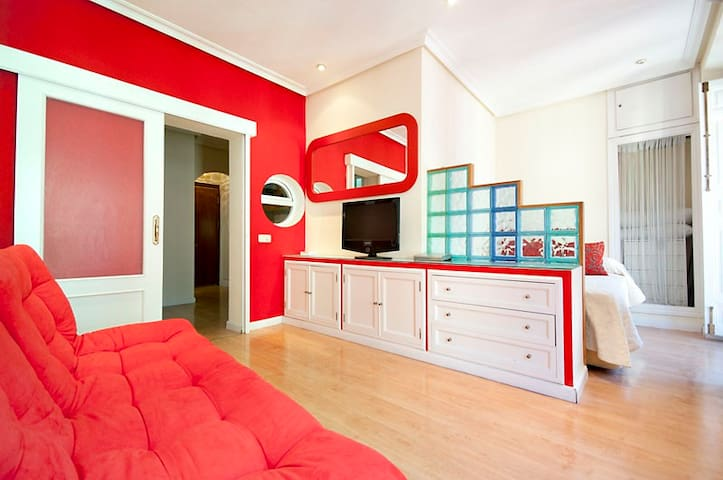 SALON WITH DOUBLE SOFA-BED ,TV32', HOME CINEMA, AND INTERNET WI-FIN AND YOU CAN SEE ALSO THE DOUBLE BED.