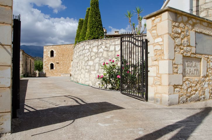 Villa Faraggi, in a green and peaceful scenery - Chania