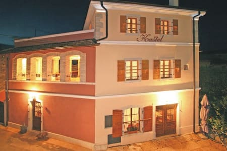Stay in an original Istrian house - Kaštelir