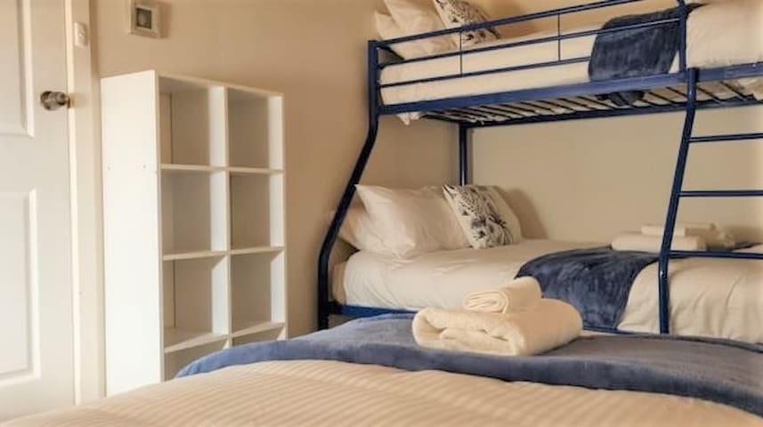 Family room 1 x double 1 x single (top bunk) 1 x single