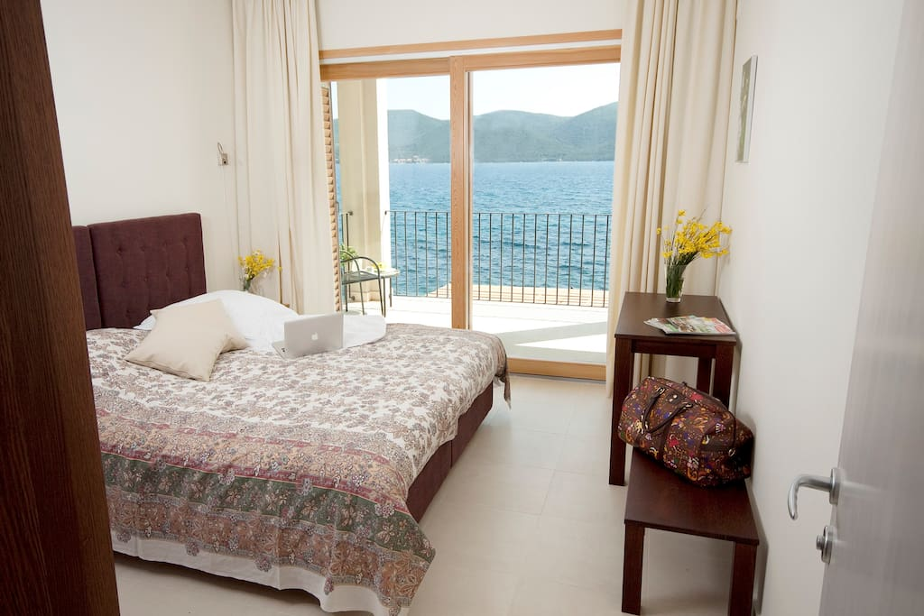 Beautiful bedroom with double bed, exit to the terrace and a wonderful sea view.
