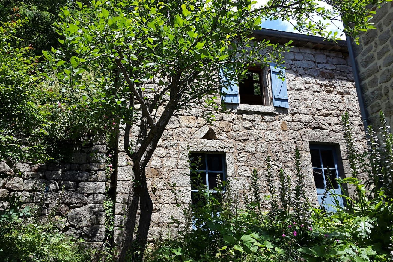 Separate small house (the room is located here) - Petite maison séparée où se trouve la chambre