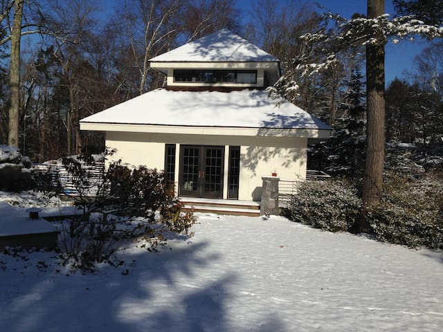 SECLUDED GETAWAY IN POUND RIDGE IN LAKE COMMUNITY - Pound Ridge - Overig