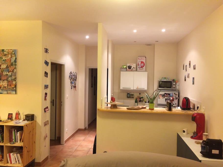 cuisine ouverte sur le salon et la salle à manger